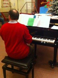 Maurice_von_hinten_am_Klavier_PETRA_Jan2013